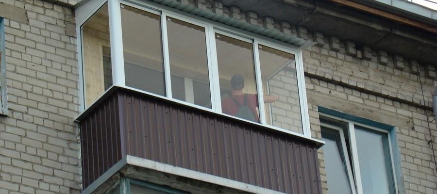 Вид остекленного балкона в хрущовке